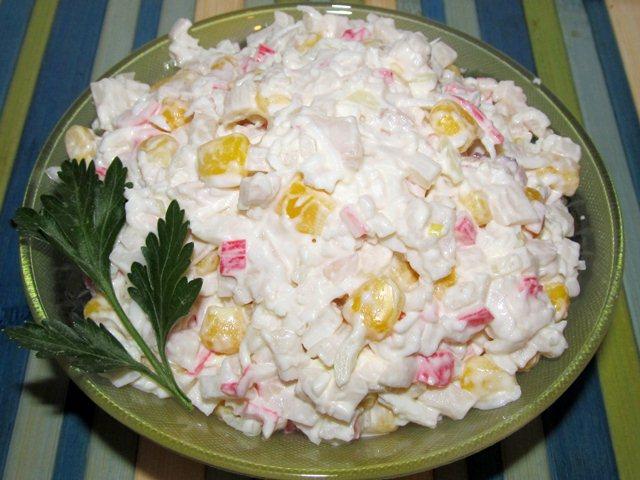 Крабовый салат: классический рецепт с кукурузой