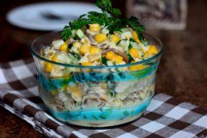 Салат с курицей грибами и кукурузой