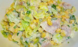 Куриный салат с кукурузой и сыром