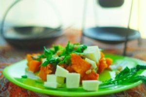 Теплый салат с печеной тыквой и рукколой