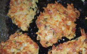 Хрустящие драники из картошки с ветчиной и сыром на сковороде