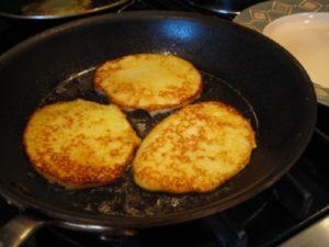 Аппетитные картофельные драники с майонезом: легкий рецепт