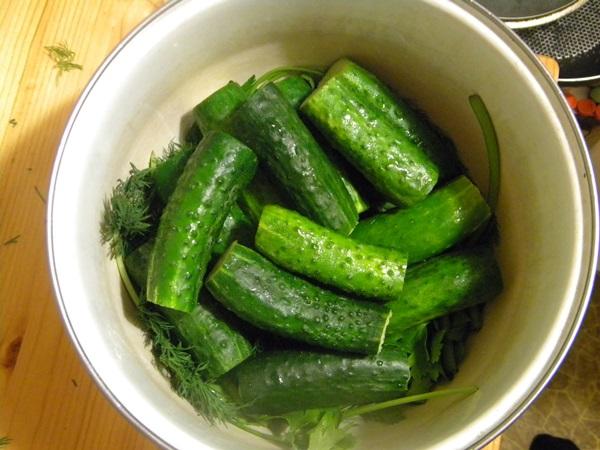 Обалденные малосольные огурцы горячим способом в кастрюле: классический рецепт