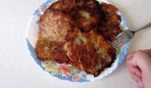 Ленивые драники из картофеля с фаршем вперемешку: простой рецепт