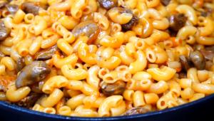 Рецепт куриных сердечек с макаронами на сковороде