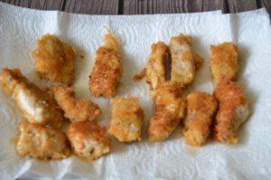 Наггетсы из филе индейки в панировке на сковороде