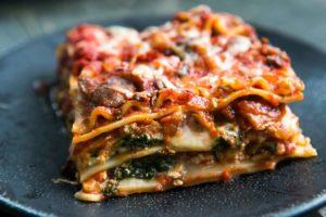 И вкусно, и сытно: готовим лазанью с грибочками, ветчиной и шпинатом