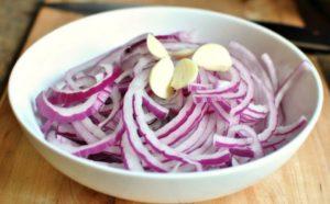 Как правильно мариновать лук для шашлыка в уксусе