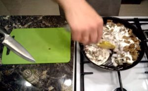Жареные вешенки с луком и сметаной на сковороде