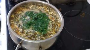 Щавелевый суп с тушенкой и яйцом: классический рецепт
