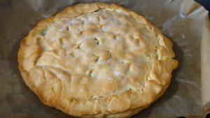 Пирог со щавелем из дрожжевого теста в духовке