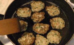 Кабачковые оладьи с мясным фаршем на сковороде